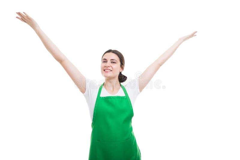 Empregado bem sucedido do supermercado que comemora com braços acima imagens de stock royalty free