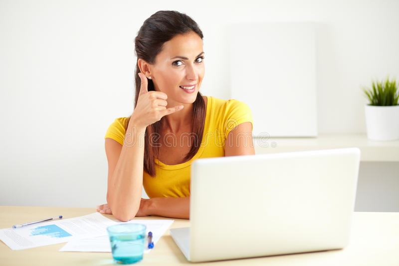 Empregado consideravelmente do sexo feminino que gesticula o telefonema imagens de stock