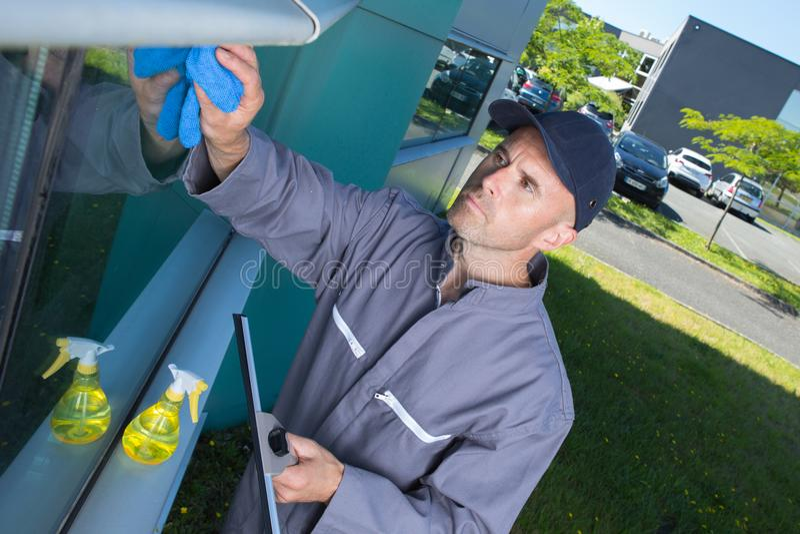Empregado da limpeza de janela com ferramentas do trabalho fotografia de stock royalty free
