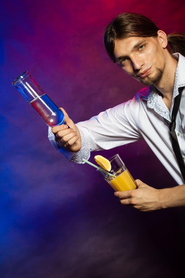 Empregado de bar que mostra suas habilidades foto de stock royalty free