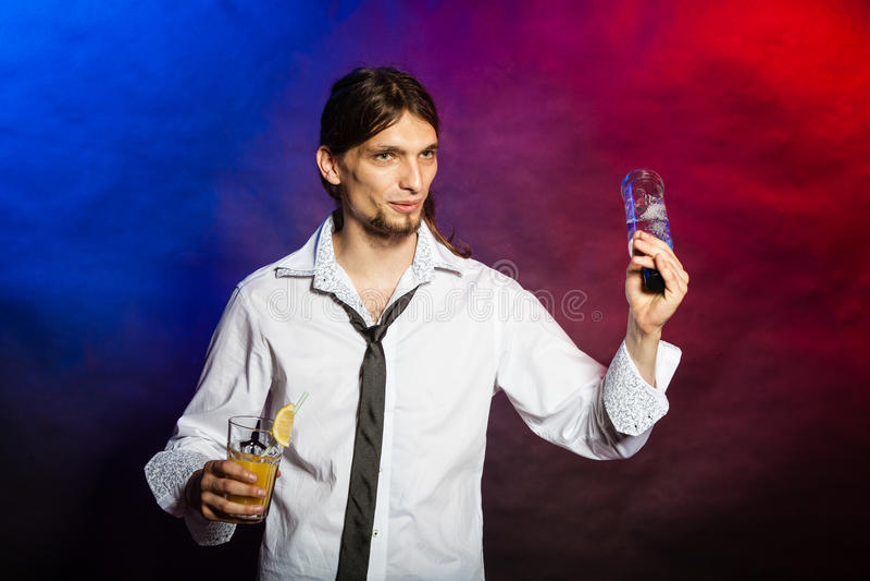 Empregado de bar que mostra suas habilidades fotos de stock royalty free