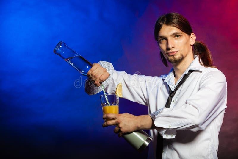 Empregado de bar que mostra suas habilidades imagem de stock