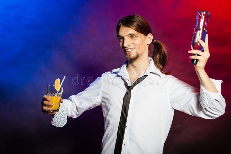 Empregado de bar que mostra suas habilidades fotos de stock