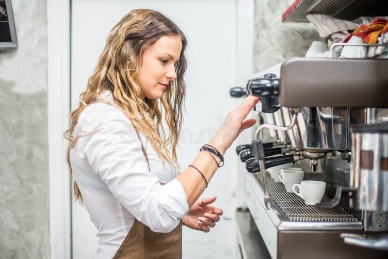 Empregado de bar que prepara o café fotos de stock