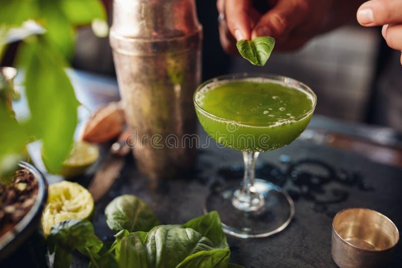 Empregado de bar que prepara o cocktail da quebra da manjericão foto de stock royalty free