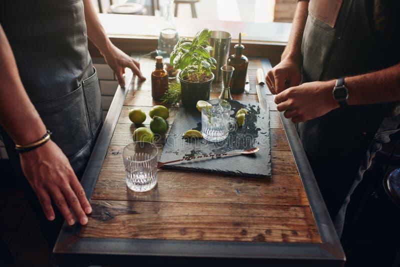 Empregado de bar que preparam a receita nova do cocktail foto de stock royalty free