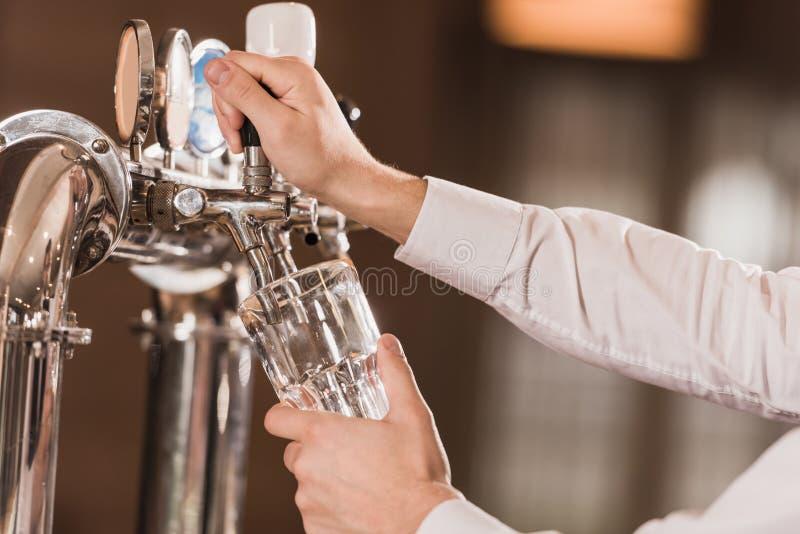 Empregado de bar que vai derramar a cerveja fotos de stock