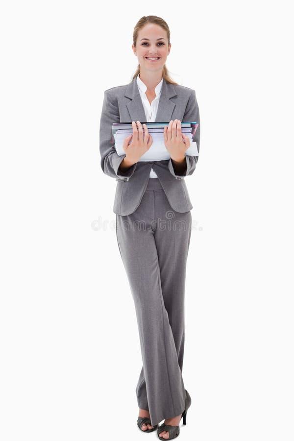 Empregado de escritório de sorriso que guardara a pilha do documento fotos de stock