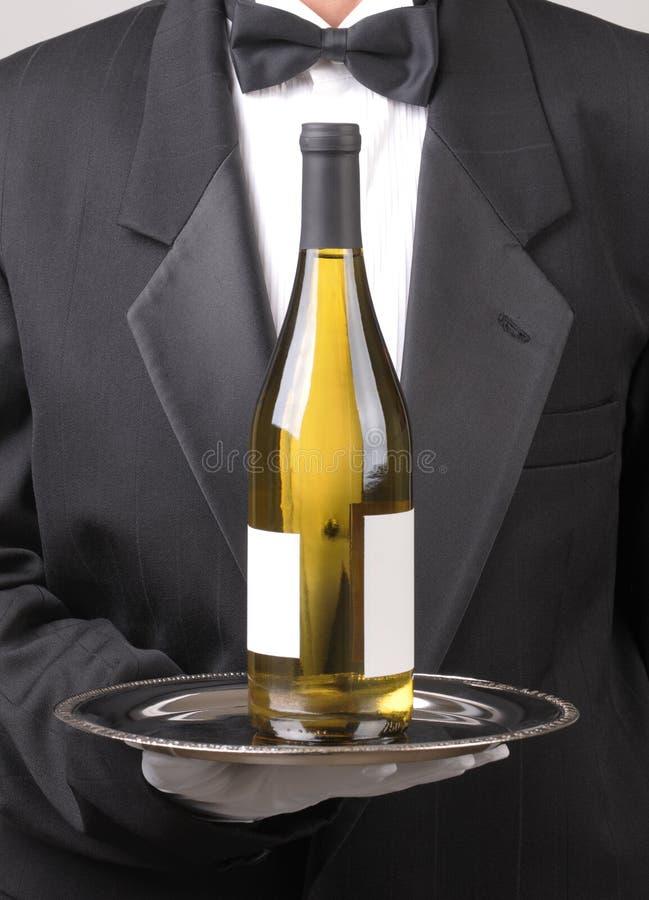 Empregado de mesa com etiqueta do espaço em branco do frasco de vinho branco foto de stock royalty free