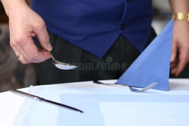 Empregado de mesa com uma colher imagem de stock