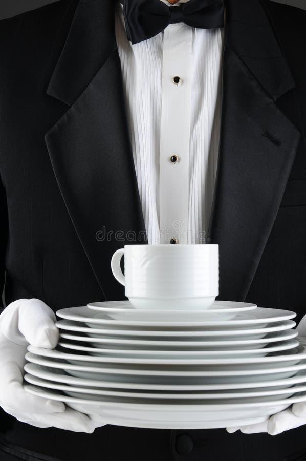 Empregado de mesa com uma pilha de placas imagens de stock