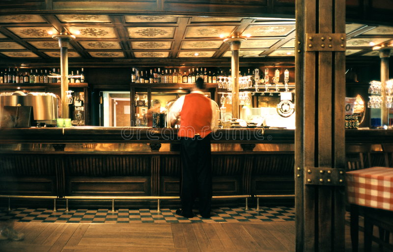 Empregado de mesa em um pub imagens de stock royalty free