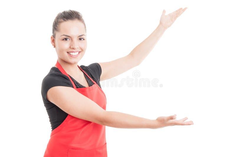 Empregado de mulher alegre que apresenta vendas no hipermercado fotografia de stock royalty free