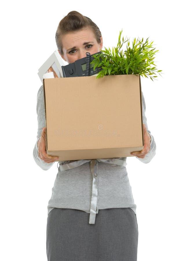 Empregado de mulher que esconde atrás da caixa com artigos imagens de stock royalty free