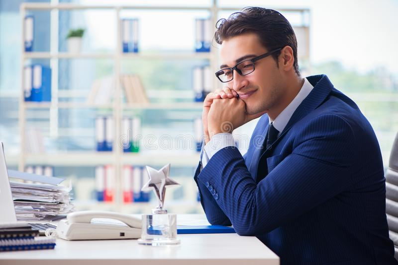 Empregado de vencimento do homem de negócios o melhor da concessão do mês imagens de stock
