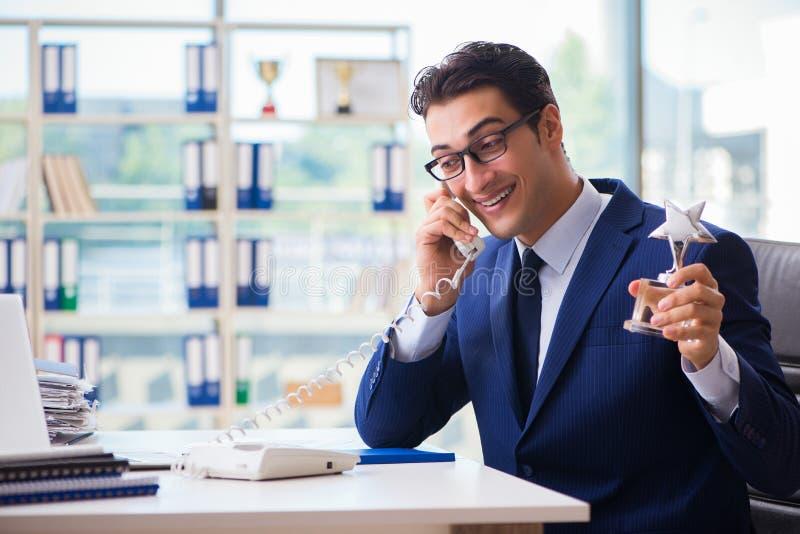 Empregado de vencimento do homem de negócios o melhor da concessão do mês foto de stock