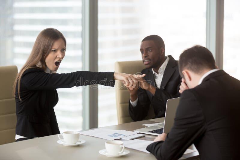 Empregado do sexo feminino irritado do xingamento do chefe, acendimento demitindo o ineffecti foto de stock