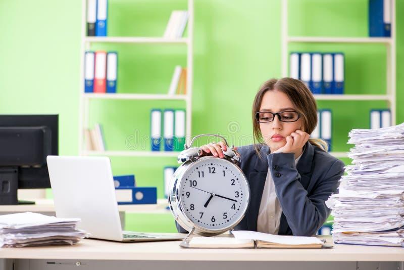 Empregado do sexo feminino novo muito ocupado com documento em curso a tempo m foto de stock royalty free