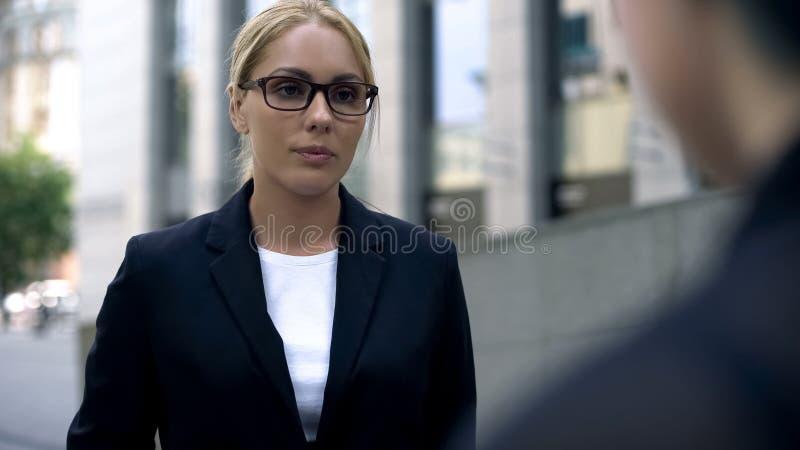 Empregado do sexo feminino novo do xingamento do chefe, irritado sobre o projeto falhado, ética comercial fotos de stock royalty free