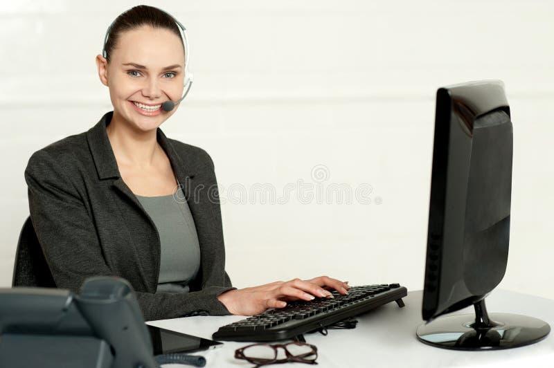 Empregado do sexo feminino que ajuda a clientes imagem de stock royalty free