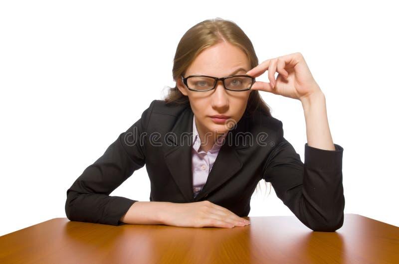 Empregado do sexo feminino que senta-se na tabela longa isolada no branco fotos de stock