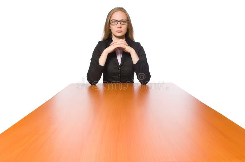 Empregado do sexo feminino que senta-se na tabela longa isolada no branco imagens de stock royalty free