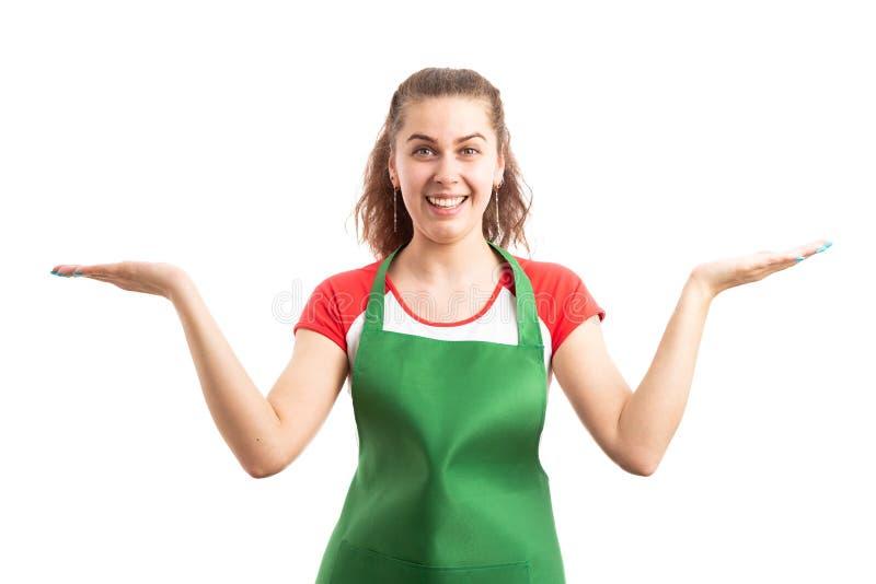 Empregado do sexo feminino do supermercado ou do retalho que apresenta alternativas imagens de stock