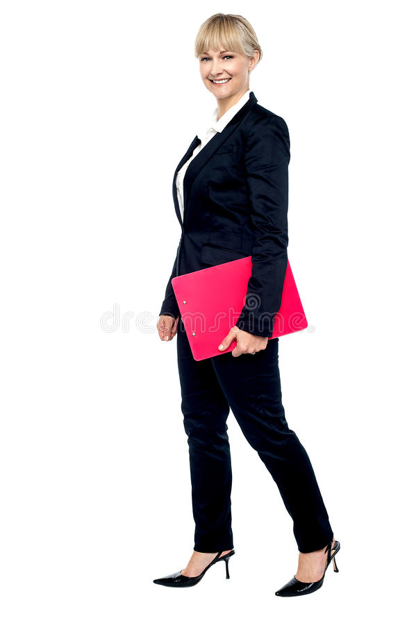 Empregado energético que anda com sua prancheta fotografia de stock royalty free