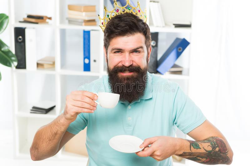 Empregado feliz do trabalhador homem de negócios feliz na coroa do ouro Café feliz da bebida do empregado do homem Local de traba fotografia de stock royalty free