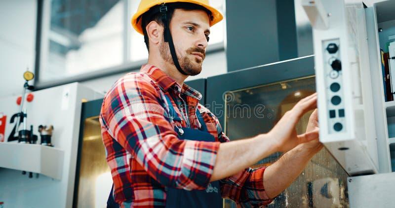 Empregado industrial da fábrica que trabalha na indústria de transformação do metal imagem de stock royalty free