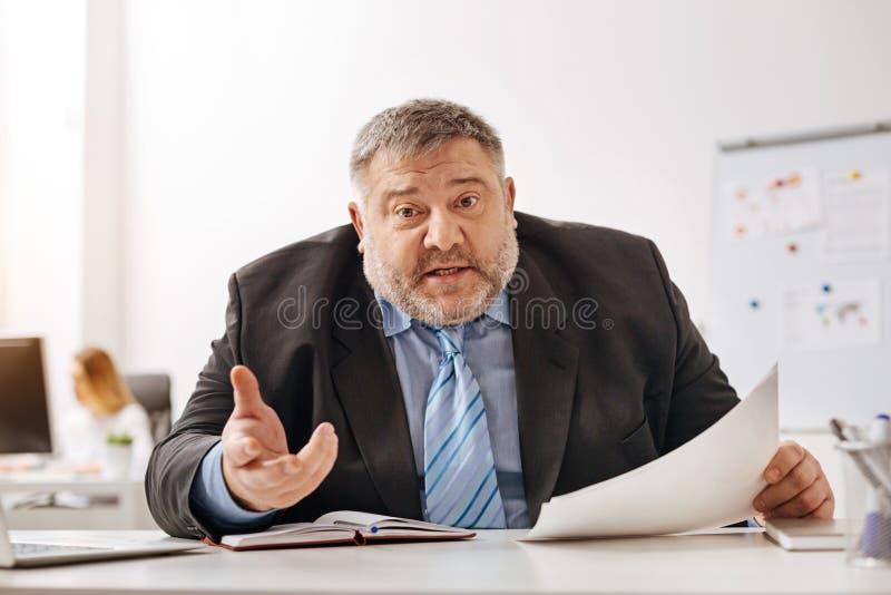 Empregado irritado da empresa que explica algo emocionalmente imagens de stock