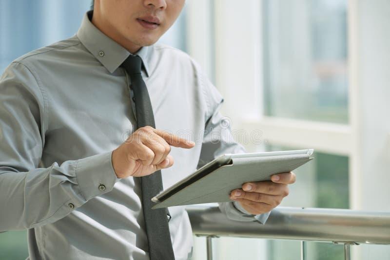 Empregado novo com tabuleta digital foto de stock