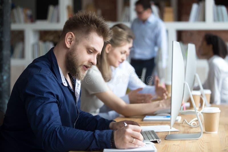 Empregado ou estudante que estudam o curso de aprendizagem em linha que prepara-se para o teste fotos de stock