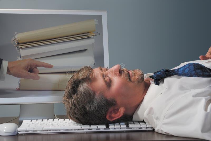 Empregado Overworked que dorme no trabalho fotografia de stock