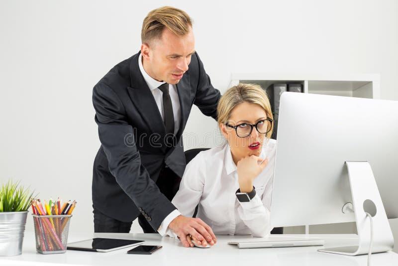 Empregado que está sendo irritado por seu chefe foto de stock royalty free