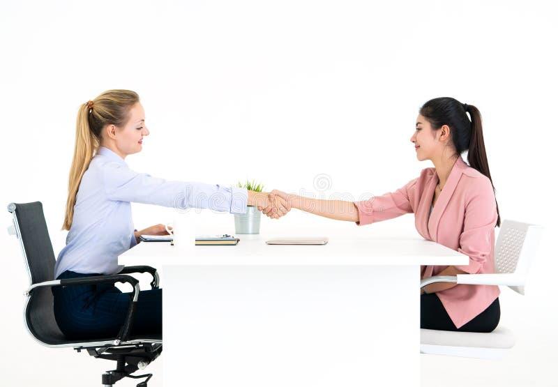 Empregador convidado para assinar o contrato de trabalho após o successfu fotos de stock