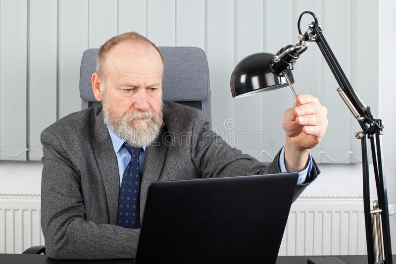 Empregador envelhecido no escritório foto de stock