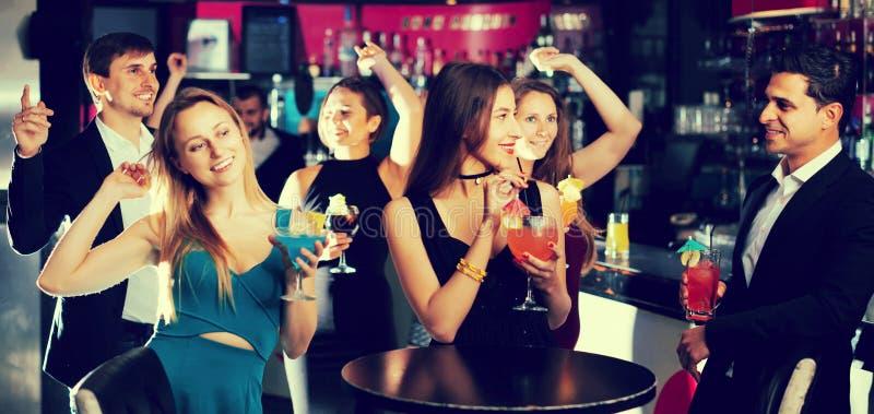 Empregados alegres que dançam no partido incorporado imagens de stock