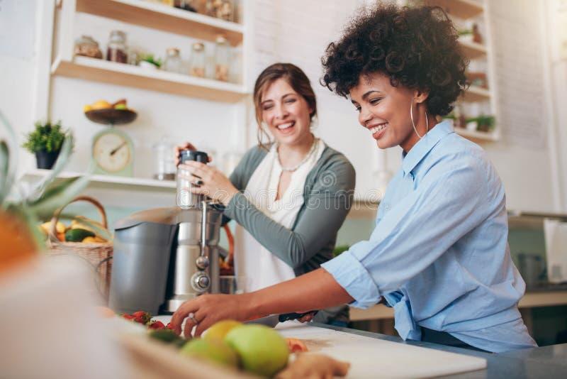 Empregados da barra que preparam sucos orgânicos e frescos fotos de stock royalty free