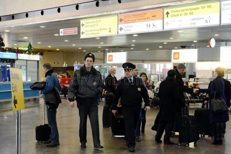 Empregados da polícia do transporte no aeroporto Sheremetyevo imagem de stock royalty free