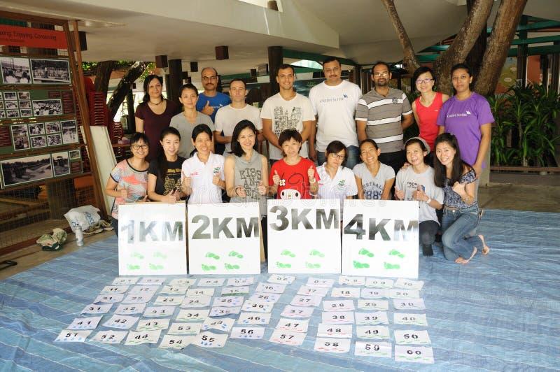 Empregados do crédito-suisse e voluntários do conselho ambiental de Singapura imagens de stock