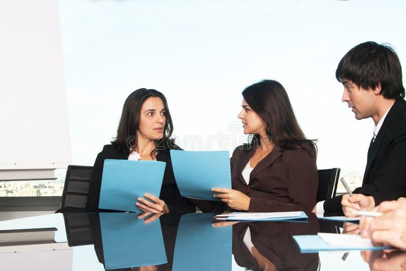 Empregados em um seminário que compara dados imagens de stock