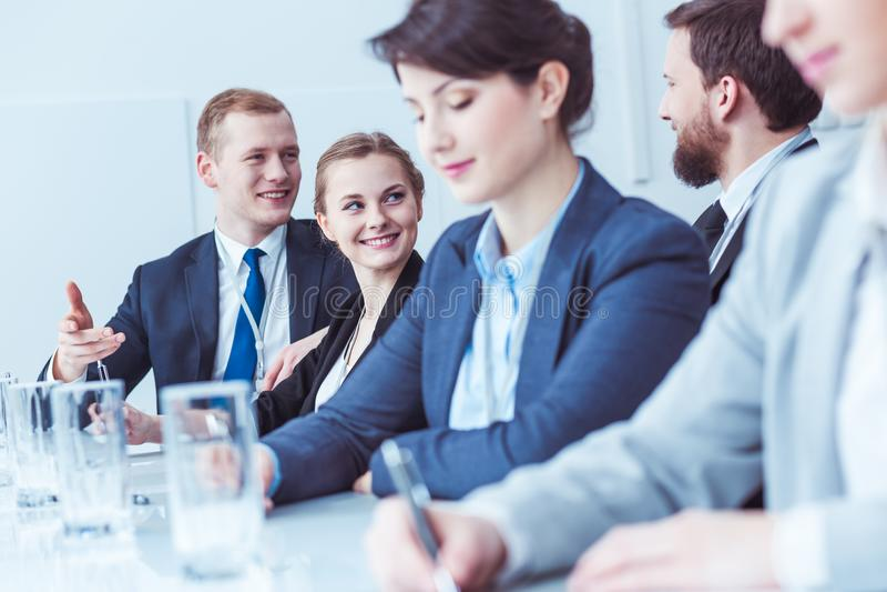 Empregados felizes durante a reunião de empresa fotos de stock royalty free