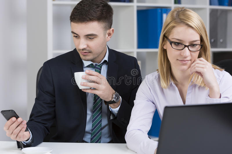 Empregados novos ocupados fotos de stock