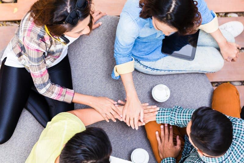 Empregados novos que usam a tecnologia sem fios moderna ao trabalhar o imagem de stock royalty free