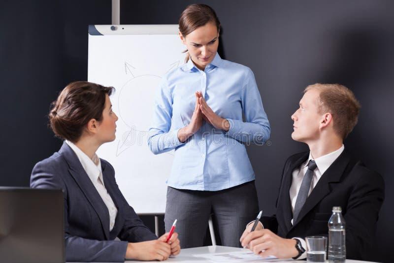 Empregados que têm uma reunião com chefe fotos de stock royalty free
