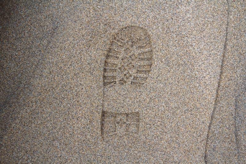 Empreinte de la chaussure sur la boue avec l'espace de copie, empreinte de pas dans la saleté, étape de pied sur le sable, textur photos libres de droits