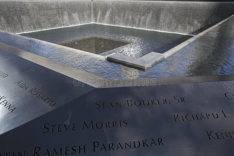 Empreinte de pas de cascade de WTC, mémorial national du 11 septembre, New York City, New York, Etats-Unis photographie stock libre de droits