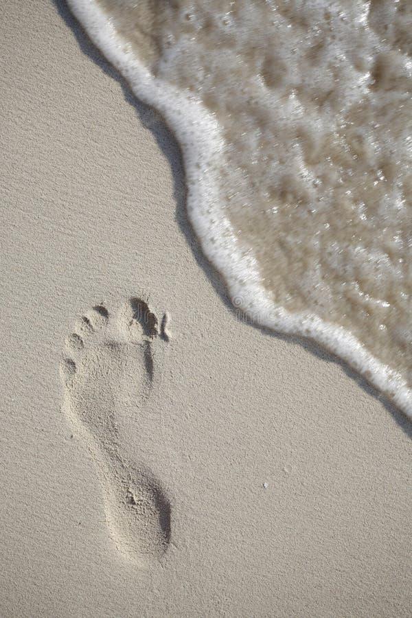 Empreinte de pas et onde photos libres de droits