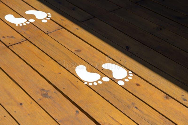 Empreinte de pas sur l'au sol en bois de plancher photographie stock libre de droits